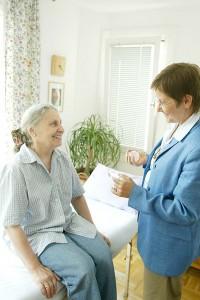 Foto von Mag. Claudia Dieckmann mit einer Klientin bei einer Prana Anwendung