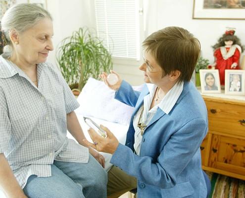 Mag. Dieckmann macht eine Pranic Healing Anwendung bei einer Klientin