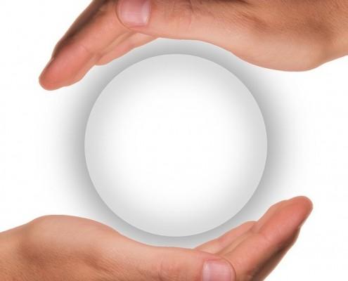 Bild von zwei Händen, die den Vollmond umschließen