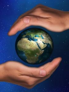 Bild zu weltweiter Friedensmeditation. Zwei Hände, die die Erde segnen