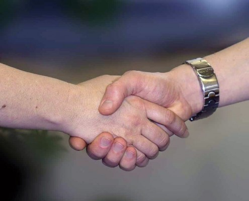 Handshake als Symbol für die erfolgreiche Lösung eines Konflikts, Foto zu Jana Thanns Seminar Erfolgreiche Konfliktlösungen
