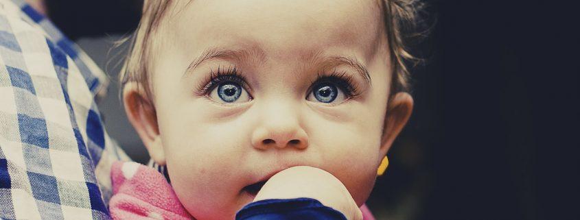 Kleinkind mit wunderschönen Augen als Bild zu einem Feedback über Prana Anwendung bei Augenentzündung
