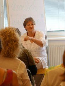 Mag. Claudia Dieckmann erklärt Prana Energiearbeit